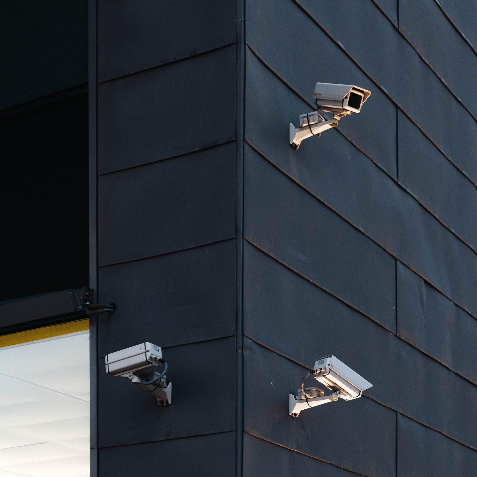 מצלמות אבטחה במגעל סגור